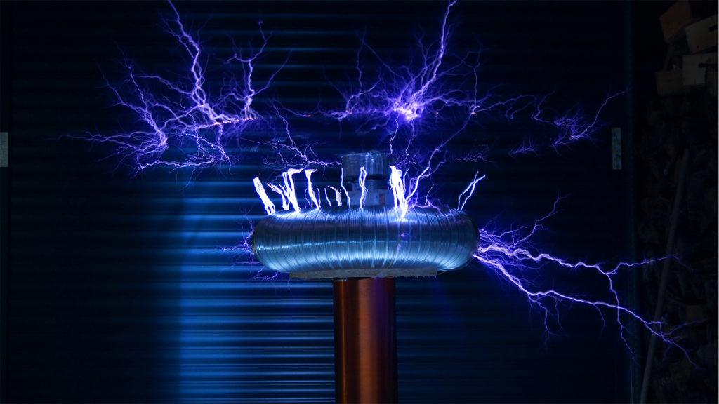 Il genio folle di Nikola Tesla tra realtà e magia